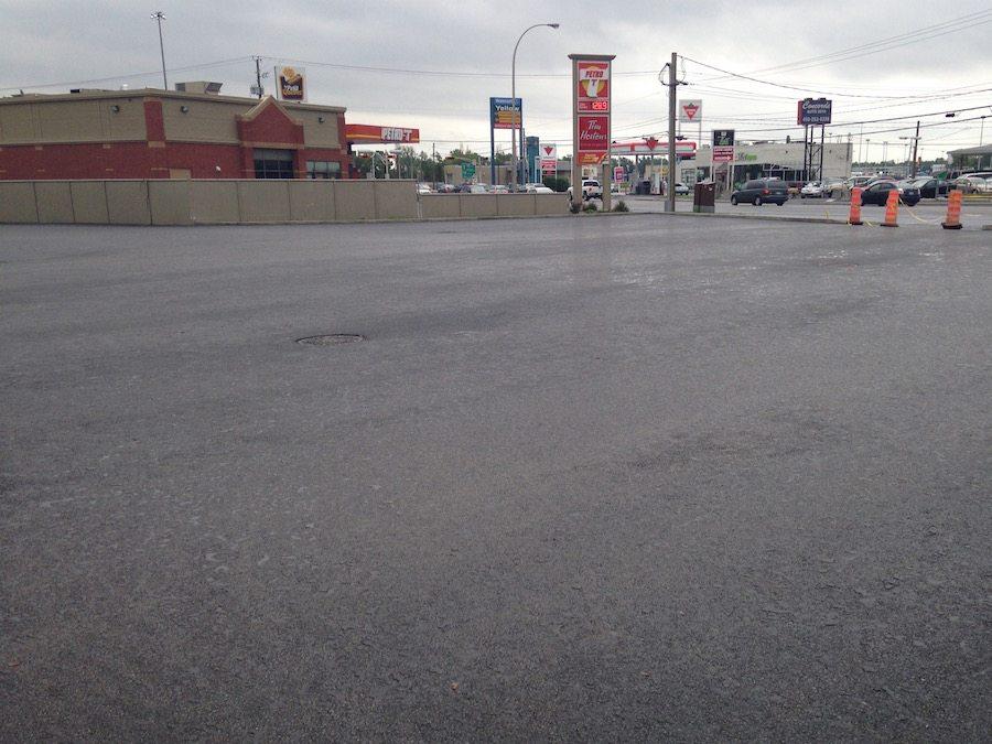 Projet d'asphaltage commercial réalisé à Saint-Hyacinthe